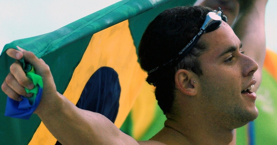 Nadador Thiago Pereira com a bandeira brasileira no Pan-Americano do Rio