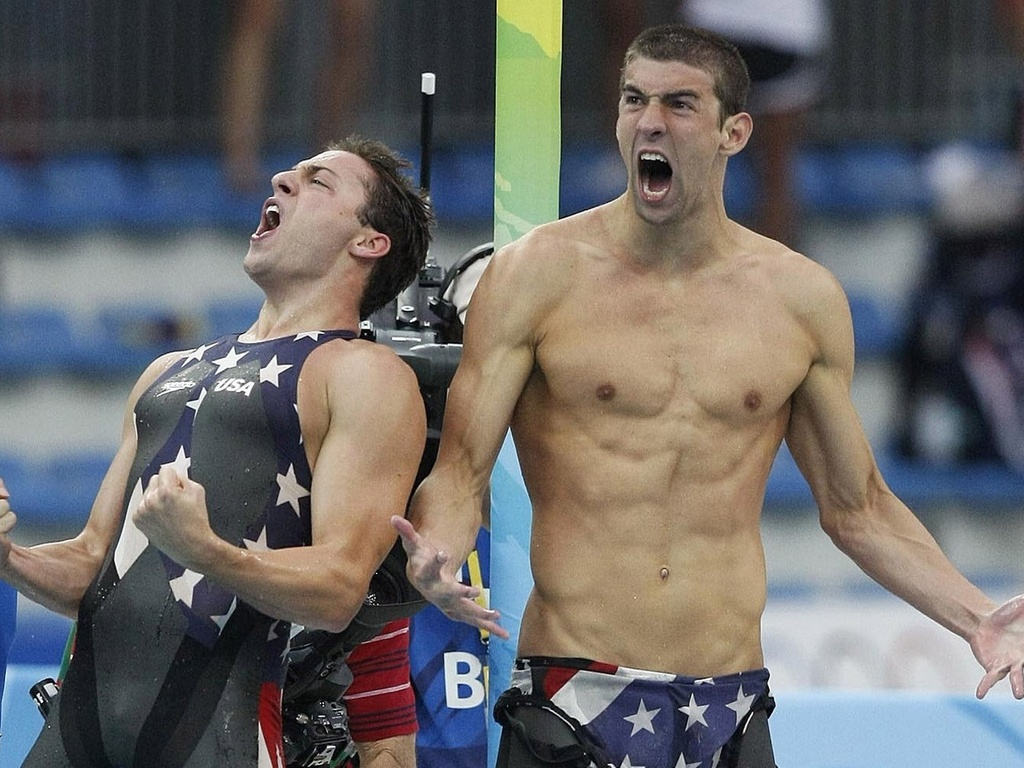 Os nadadores norte-americanos Michael Phelps ( dir.) e seu companheiro de equipe Garrett Weber-Gale, comemoram a vitria da equipe dos EUA nas Olimpadas de Pequim-2008