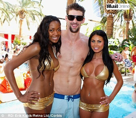 Michael Phelps desfila com beldades em festa em Las Vegas
