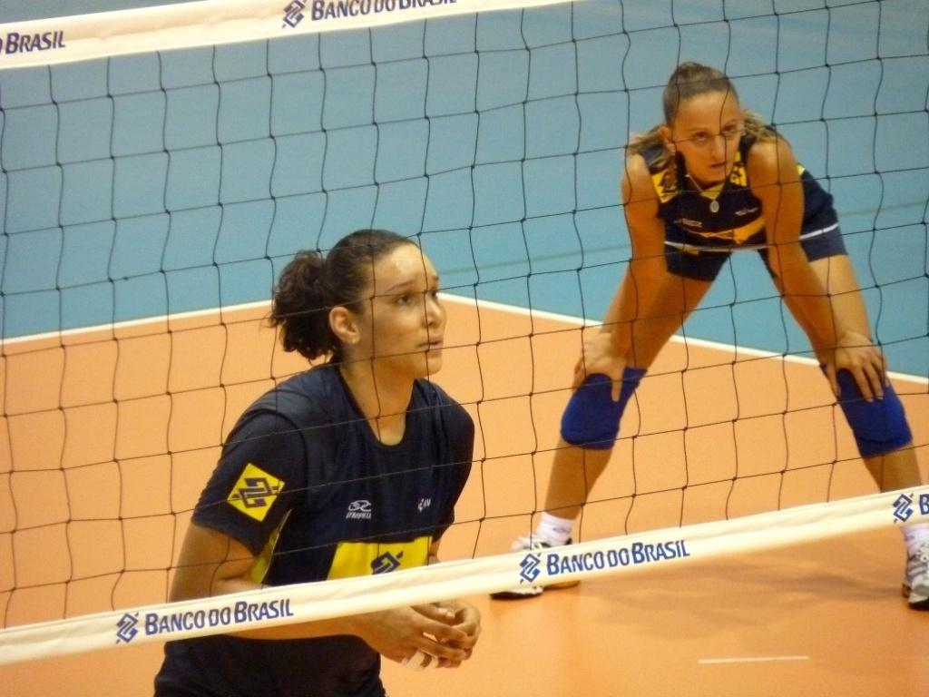 Fabi e Tandara costumam trocar as mãos pelos pés nos treinos da seleção brasileira de vôlei
