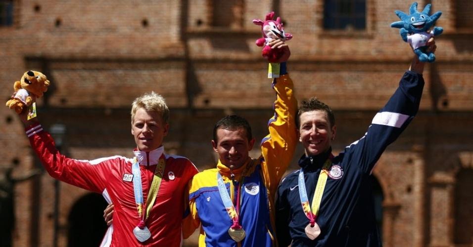 O colombiano Héctor Leonardo Paez festeja a conquista da medalha de ouro no ciclismo de montanha. O canadiense Maximillian Pieter Plaxton (e) ficou com a prata e o bronze foi para o norte-americano Jeremiah Tyrone Bishop