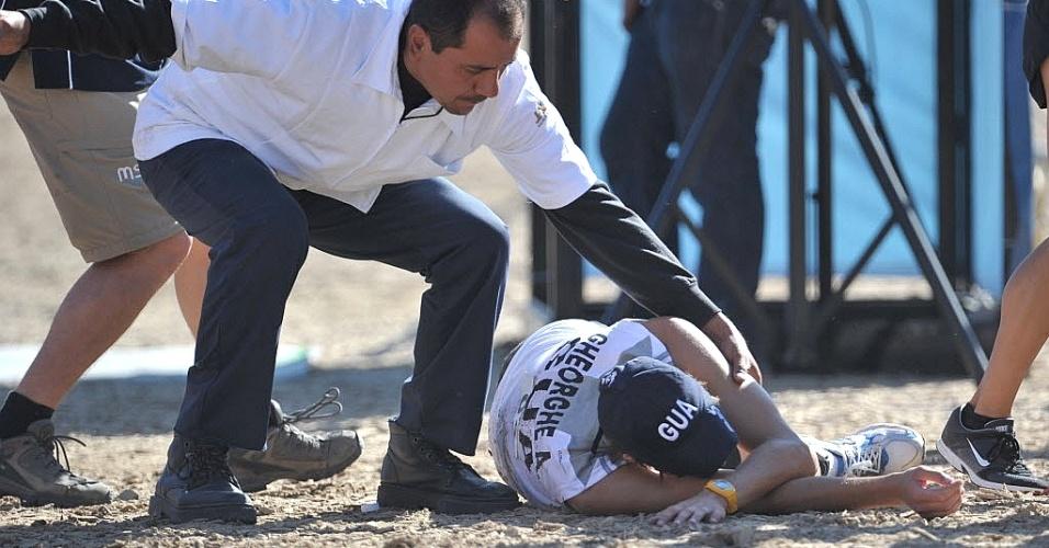 Andrei Gheorghe, da Guatemala, vai ao chão após prova do pentatlo moderno, no segundo dia do Pan (16/10/2011)