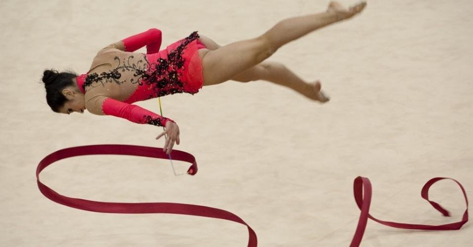 Argentina Ana Carrasco fica em posição extrema durante apresentação de fitas da ginástica rítmica no Pan