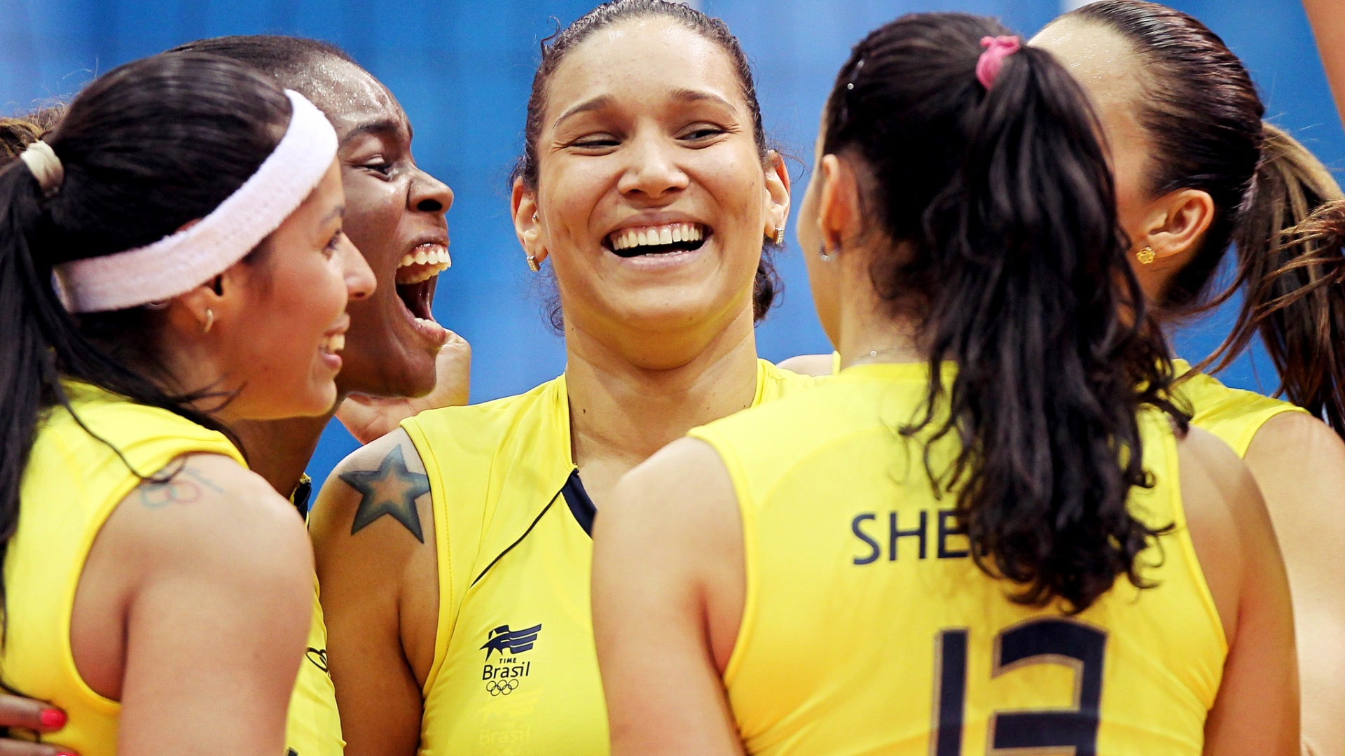 Paula, Fabiana, Tandara, Thasa e Sheilla comemoram vitria do Brasil por 3 sets a 1 sobre Cuba (17/10/2011)