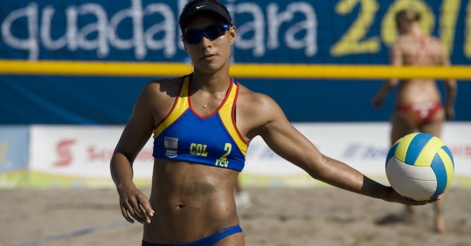 Colombiana Claudia Galindo prepara saque contra as norte-americanas Emily Day e Heather Hughes no Pan