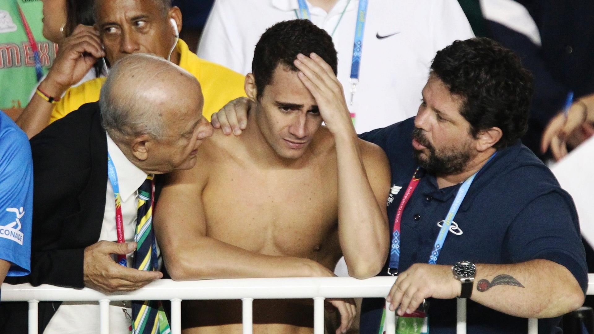 Leonardo de Deus lamenta desclassificação na final dos 200 m borboleta, antes de saber que havia recuperado a medalha de ouro (17/10/2011)