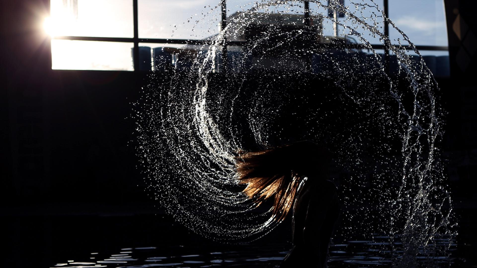 Nadadora norte-americana Michelle McKeehan sacode o cabelo antes do início das competições do quarto dia do Pan