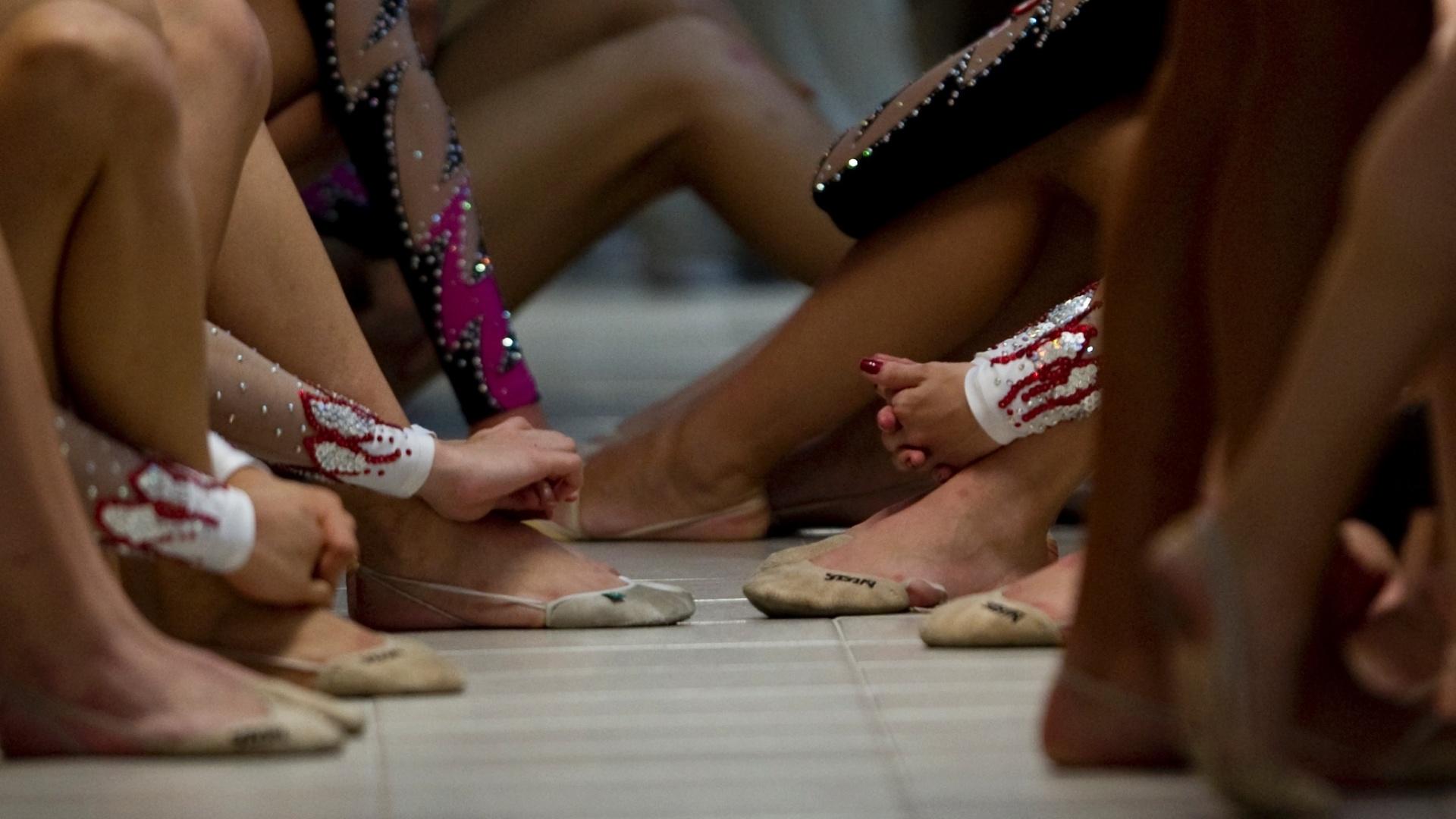 Time brasileiro da ginástica rítmica descansa durante as apresentações individuais na segunda-feira (18/10/2011)