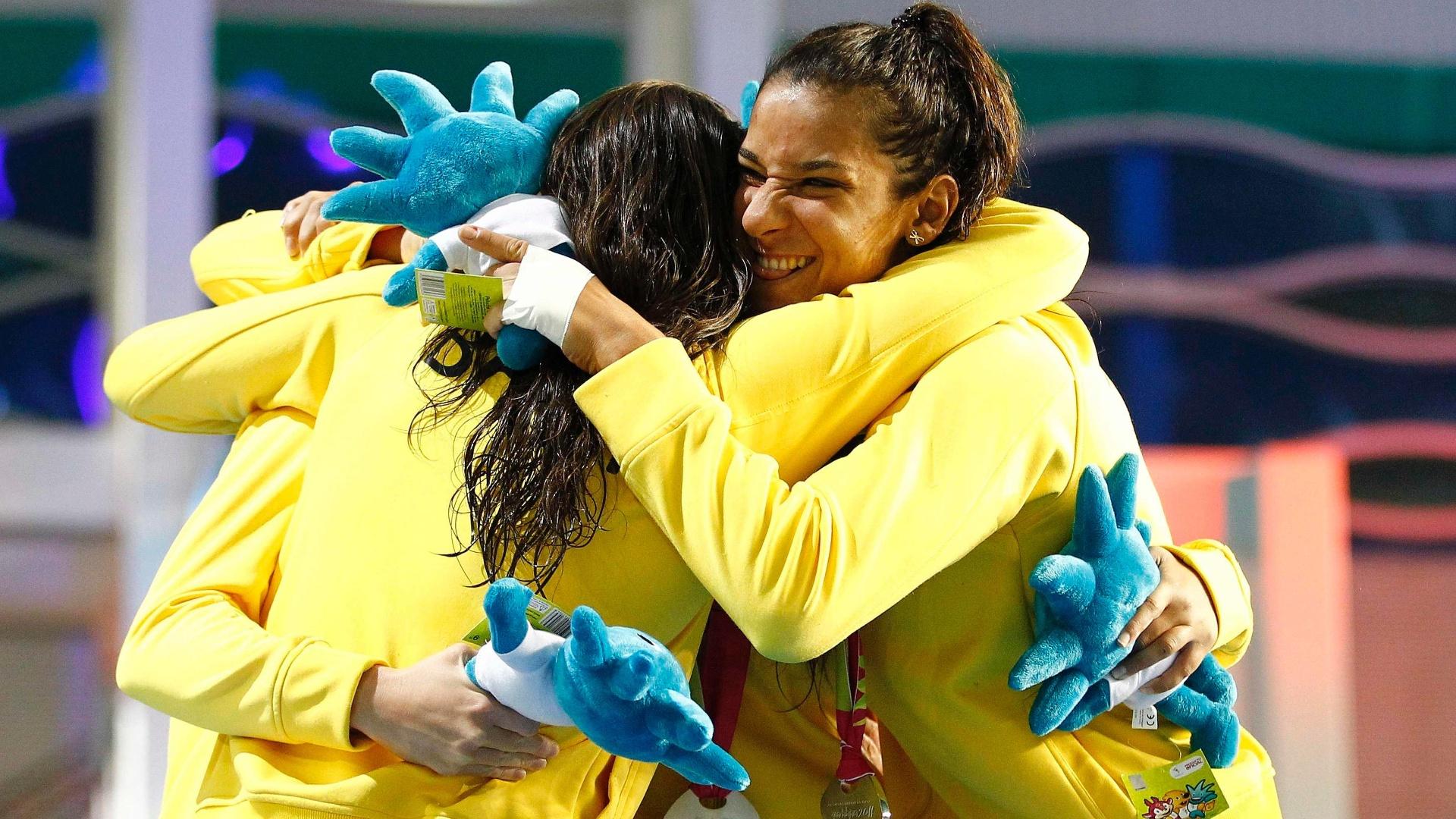 Joanna Maranhão comemora com parceiras do revezamento 4x 200 m livre após a prata no Pan de Guadalajara (19/10/2011)