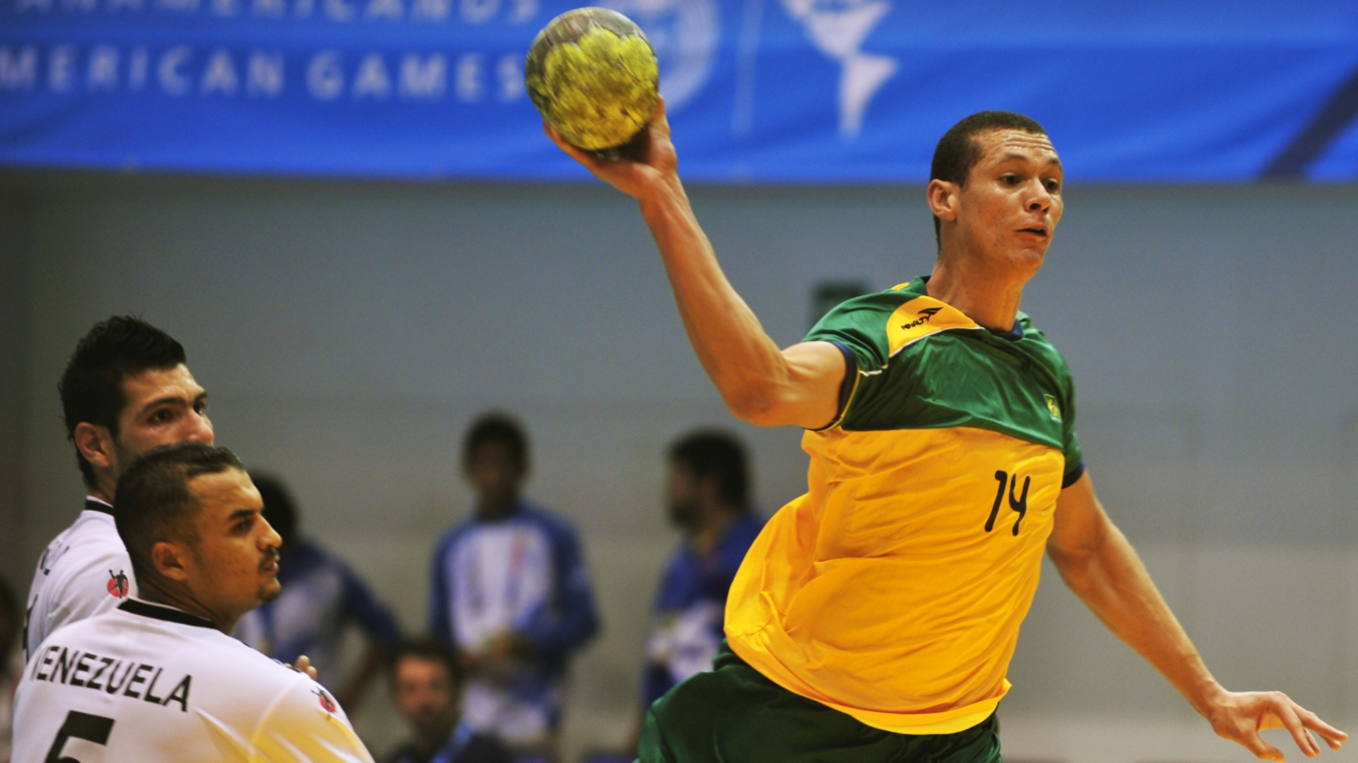 Thiagus arma arremesso na vitória da seleção brasileira sobre a Venezuela no handebol masculino do Pan (18/10/2011)