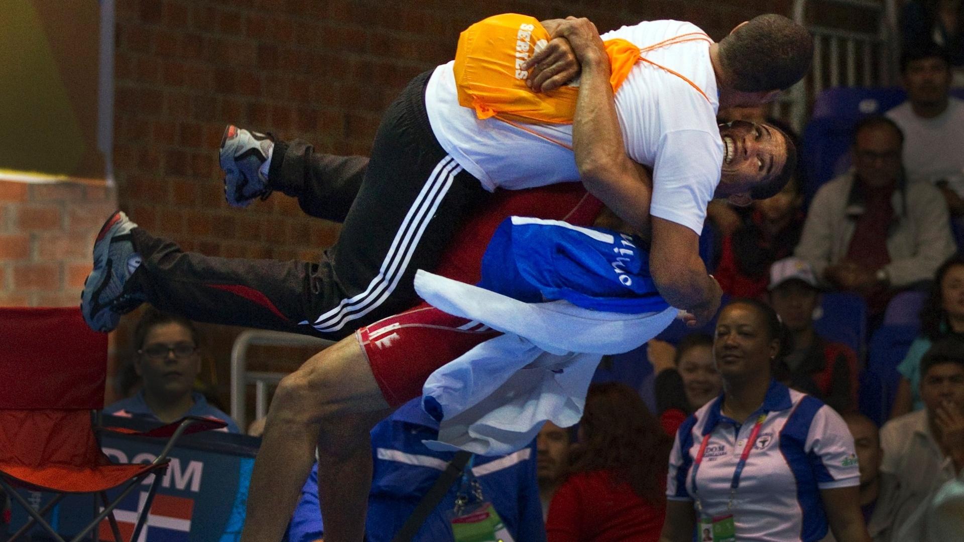 Brea Anyelo Mota, da República Dominicana carrega seu técnico depois de vencer a luta contra o mexicano Ulises Barragan