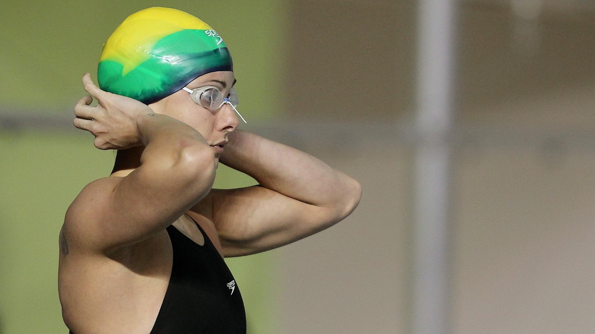 Flávia Delaroli arruma a touca antes de garantir lugar na decisão dos 50 m livre (21/10/2011)
