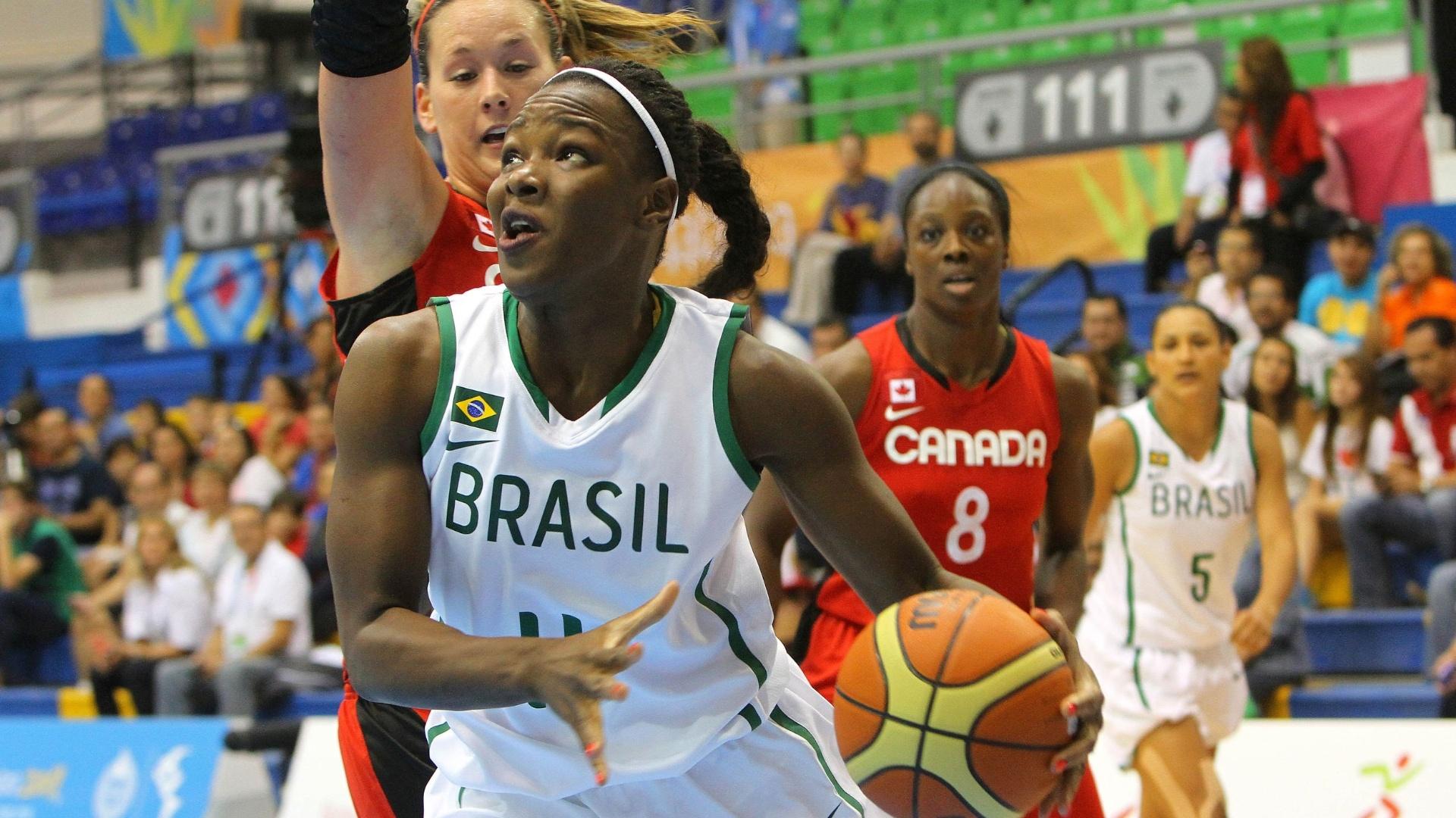 Gilmara controla a bola na partida entre Brasil e Canadá pela abertura do basquete feminino no Pan (21/10/2011)