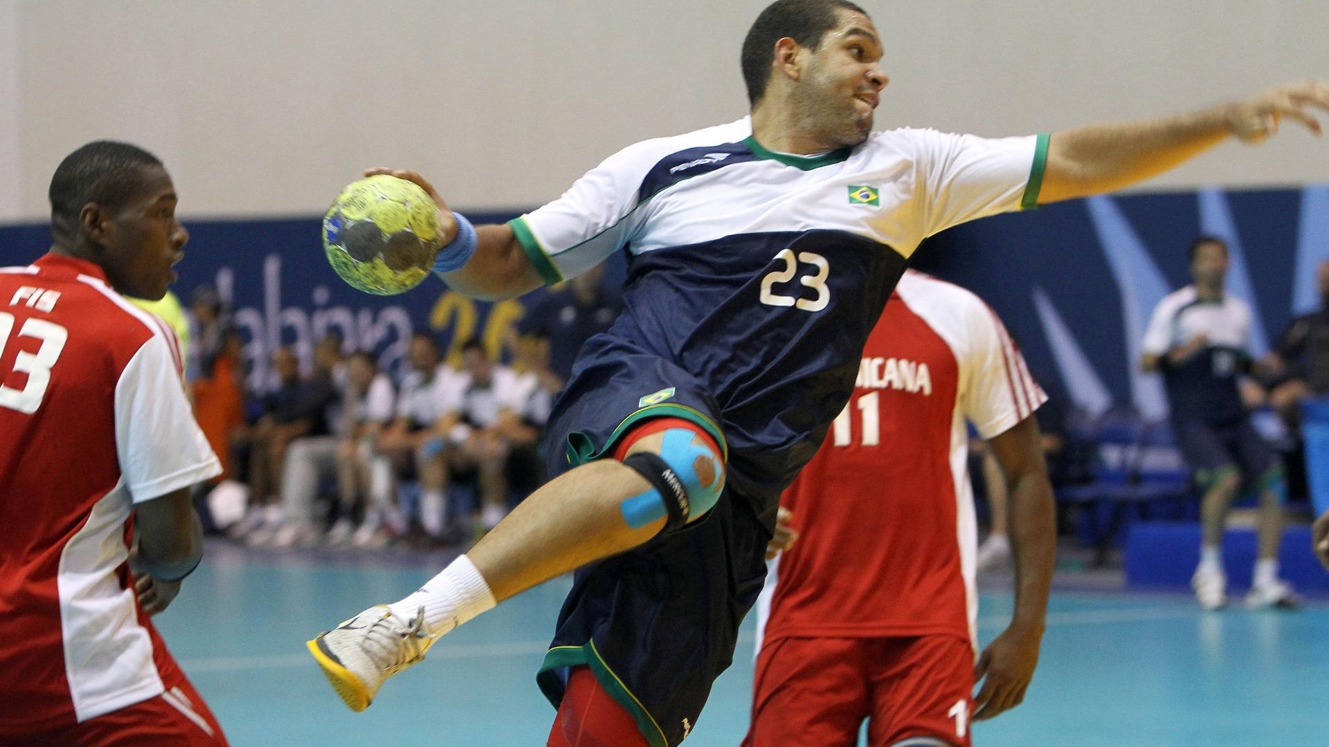 Vinícius arrisca arremesso para a seleção brasileira de handebol na vitória sobre a República Dominicana pela semifinal (22/10/2011)