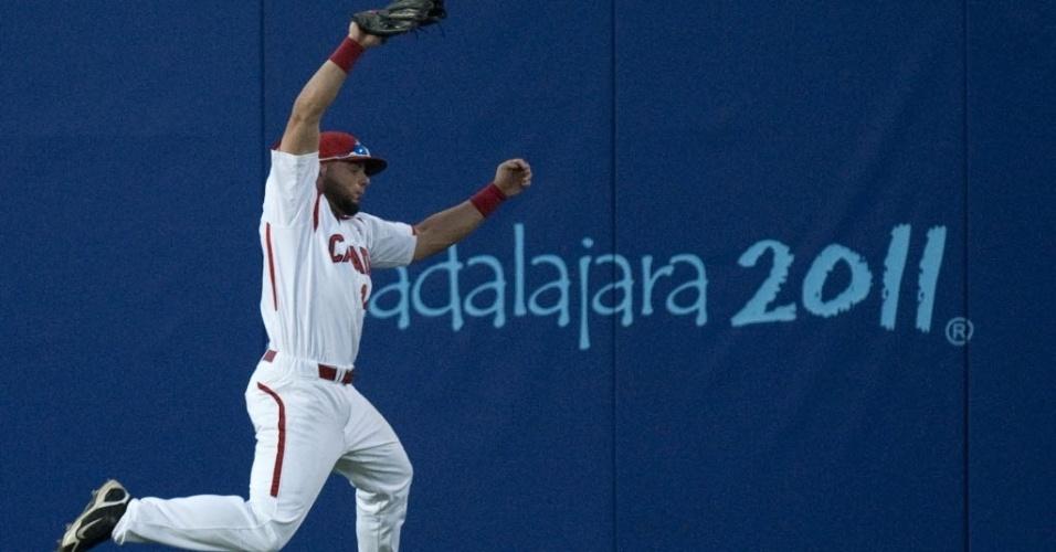 Canadense Timothy Smith salta para pegar a bola durante jogo de beisebol contra Cuba no Pan