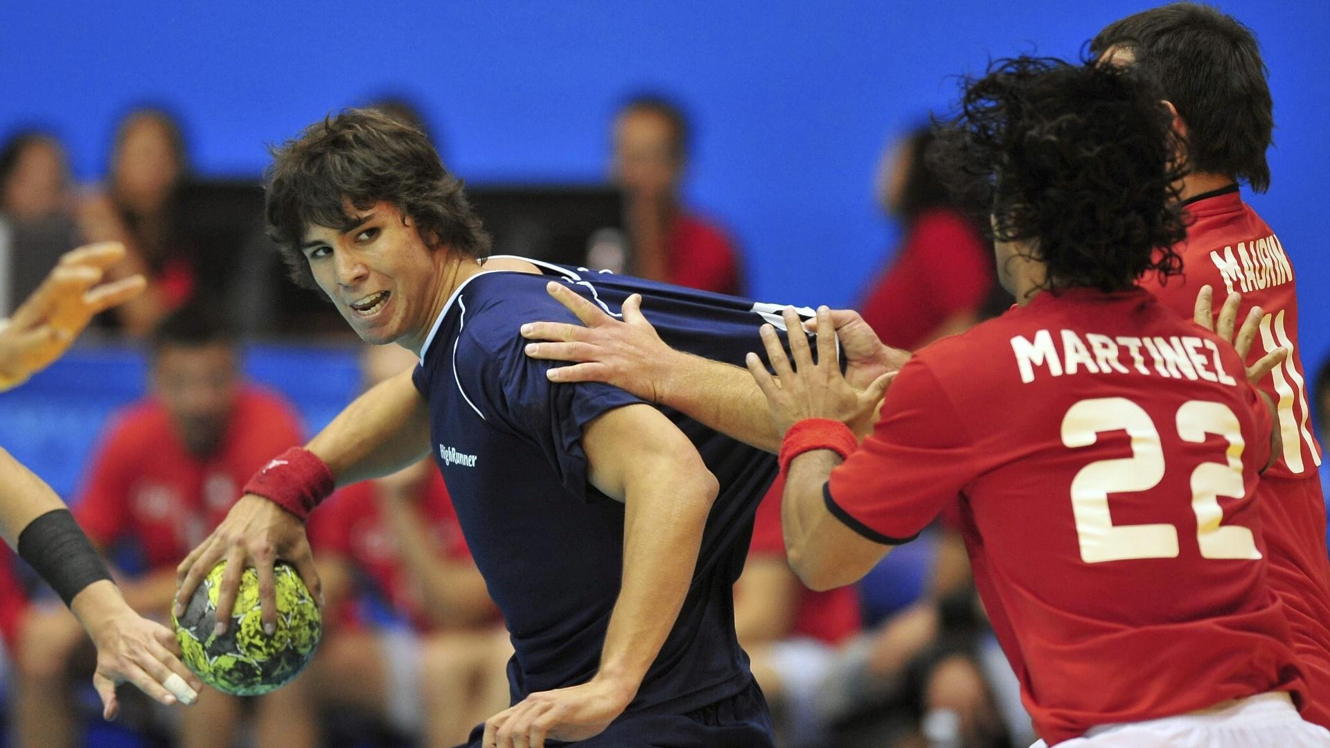Diego Simonet, da seleção argentina de handebol, tenta se livrar da marcação chilena