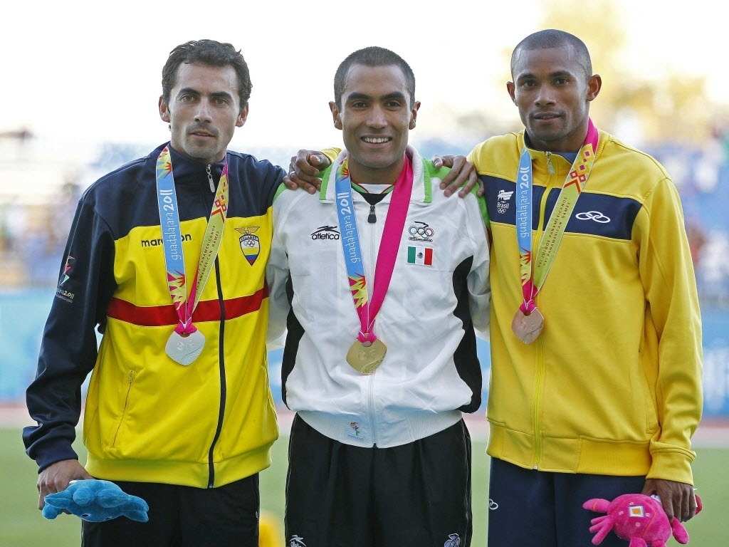 Joilson da Silva comemora o bronze conquistado nos 5.000 m, no Pan de Guadalajara, nesta segunda-feira
