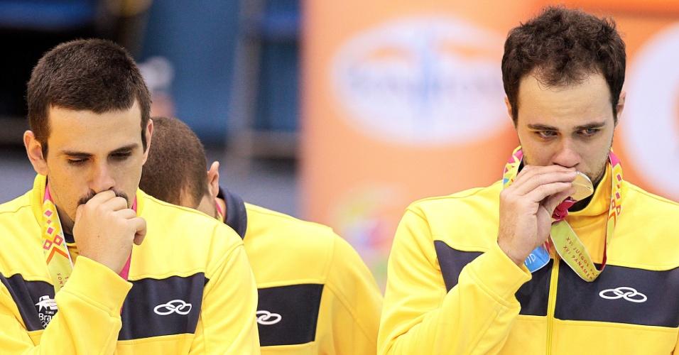 Brasileiros lamentam a medalha de prata no handebol depois da derrota para a Argentina na final por 26 a 23