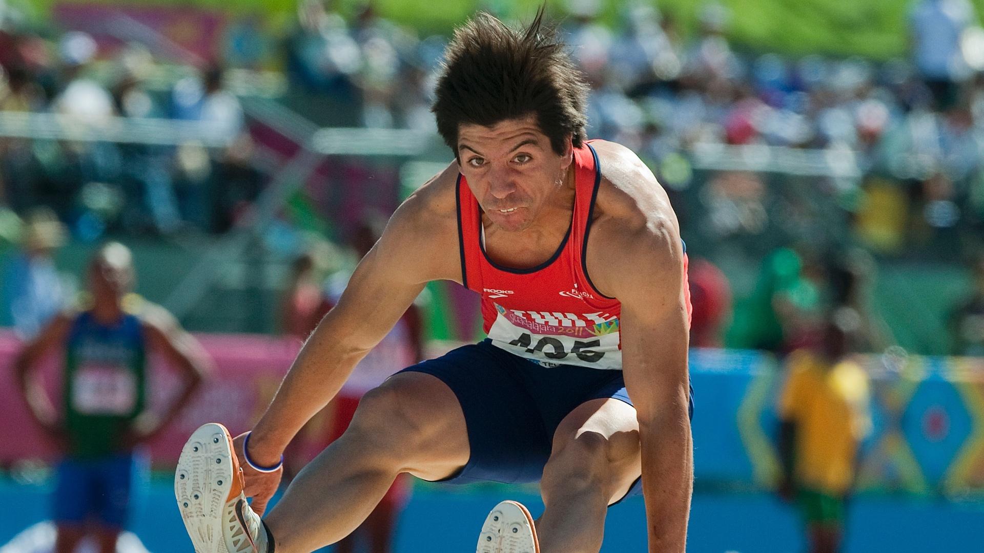 Daniel Pineda, do Chile, realiza uma de suas tentativas durante a prova do salto em distância em Guadalajara