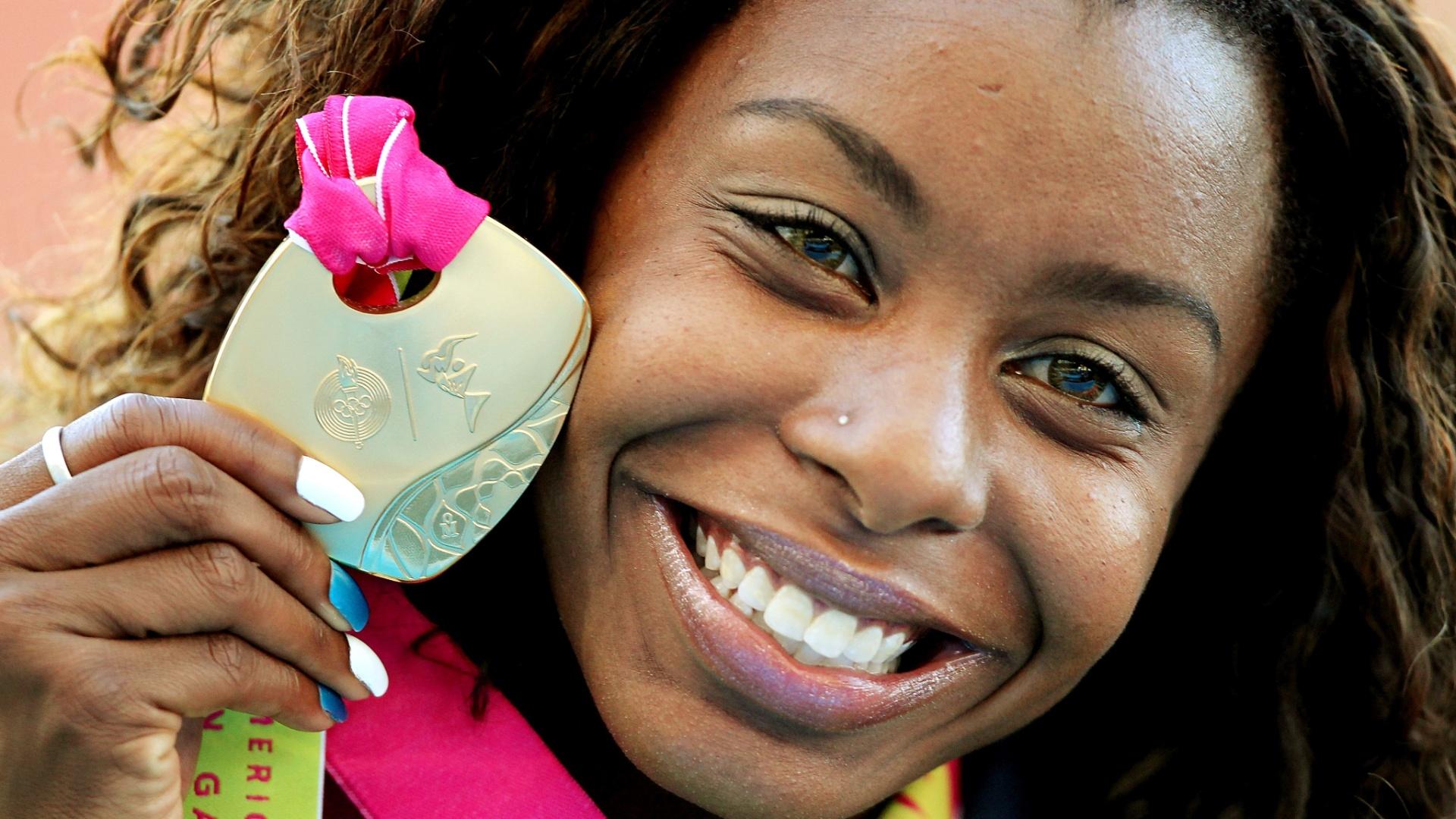 Rosângela Santos comemora com sua medalha de ouro a vitória nos 100 m rasos no Pan de Guadalajara (25/10/2011)