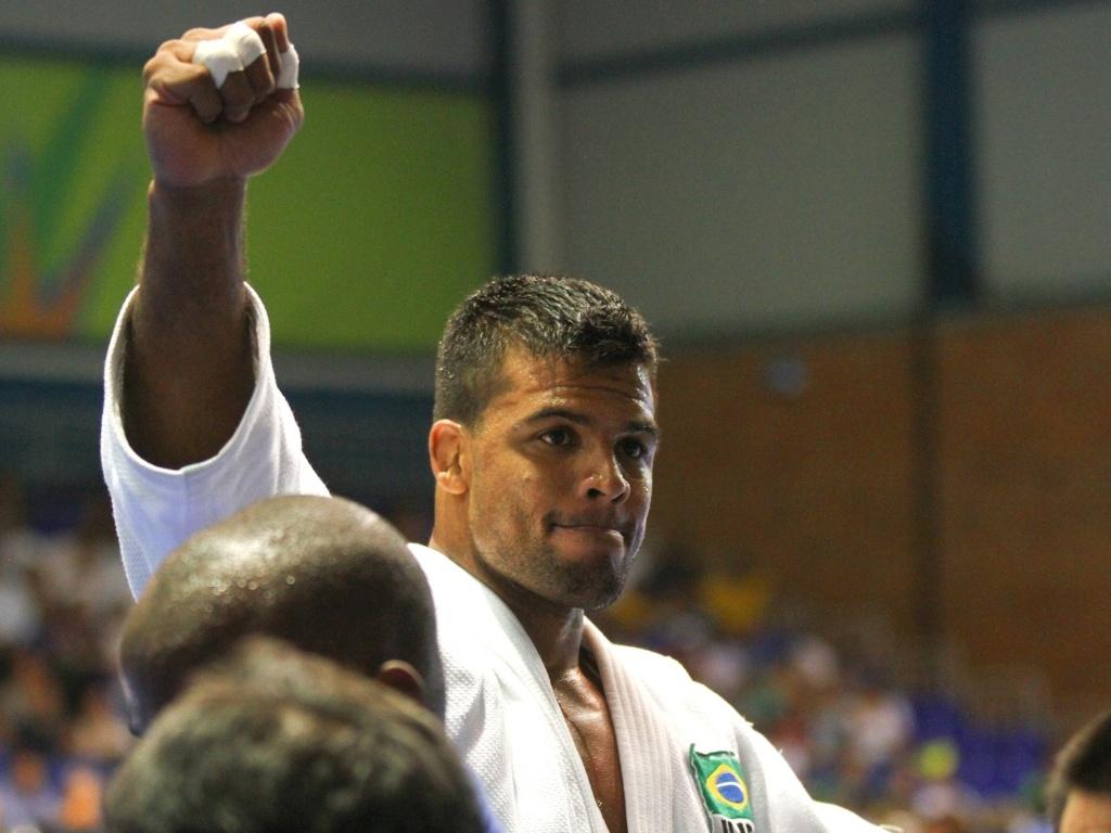Luciano Correa comemora conquista da medalha de ouro no Pan de Guadalajara (26/10/2011)