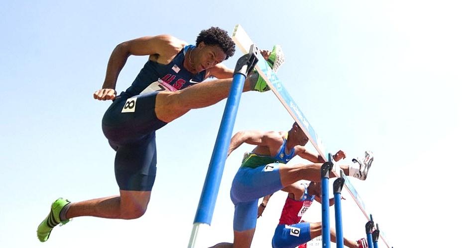Brasileiro Matheus Inocêncio, ao centro, corre para garantir sua vaga na final dos 100 m com barreiras