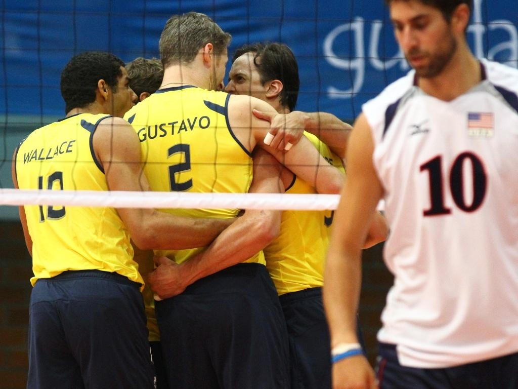 Brasileiros vibram bastante após ponto na partida contra os Estados Unidos, que classificou o time para a semifinal no vôlei (26/10/2011)