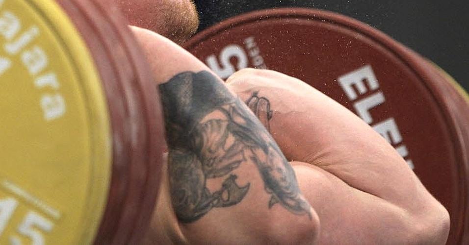 Donald Shankle, dos EUA, expões suas tatuagens enquanto tenta erguer os pesos em prova do Pan (27/10/2011)