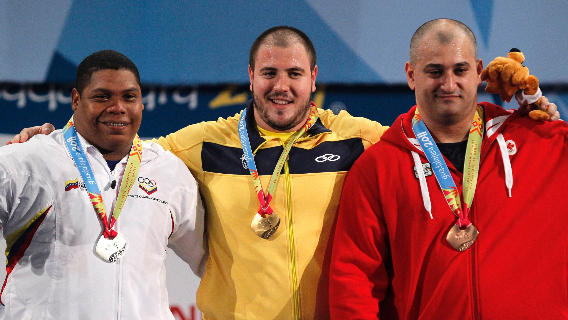 Fernando Saraiva sorri aps receber medalha de ouro na categoria at 105 kg do levantamento de peso (27/10/2011)