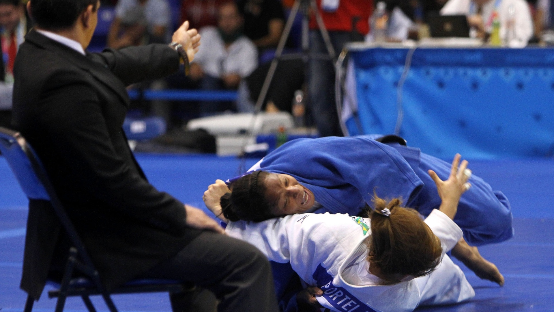 Judoca brasileira Maria Portela leva ippon da colombiana Yuri Alvelar pela categoria at 70 kg do Pan (27/10/2011)