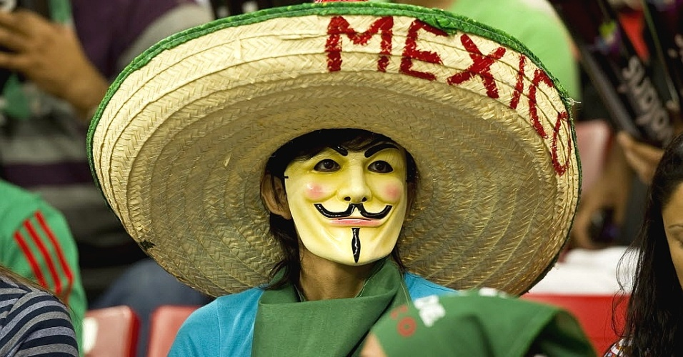 Mexicano vai de sombrero e máscara torcer pelo time da casa na final do futebol masculino do Pan (28/10/2011)