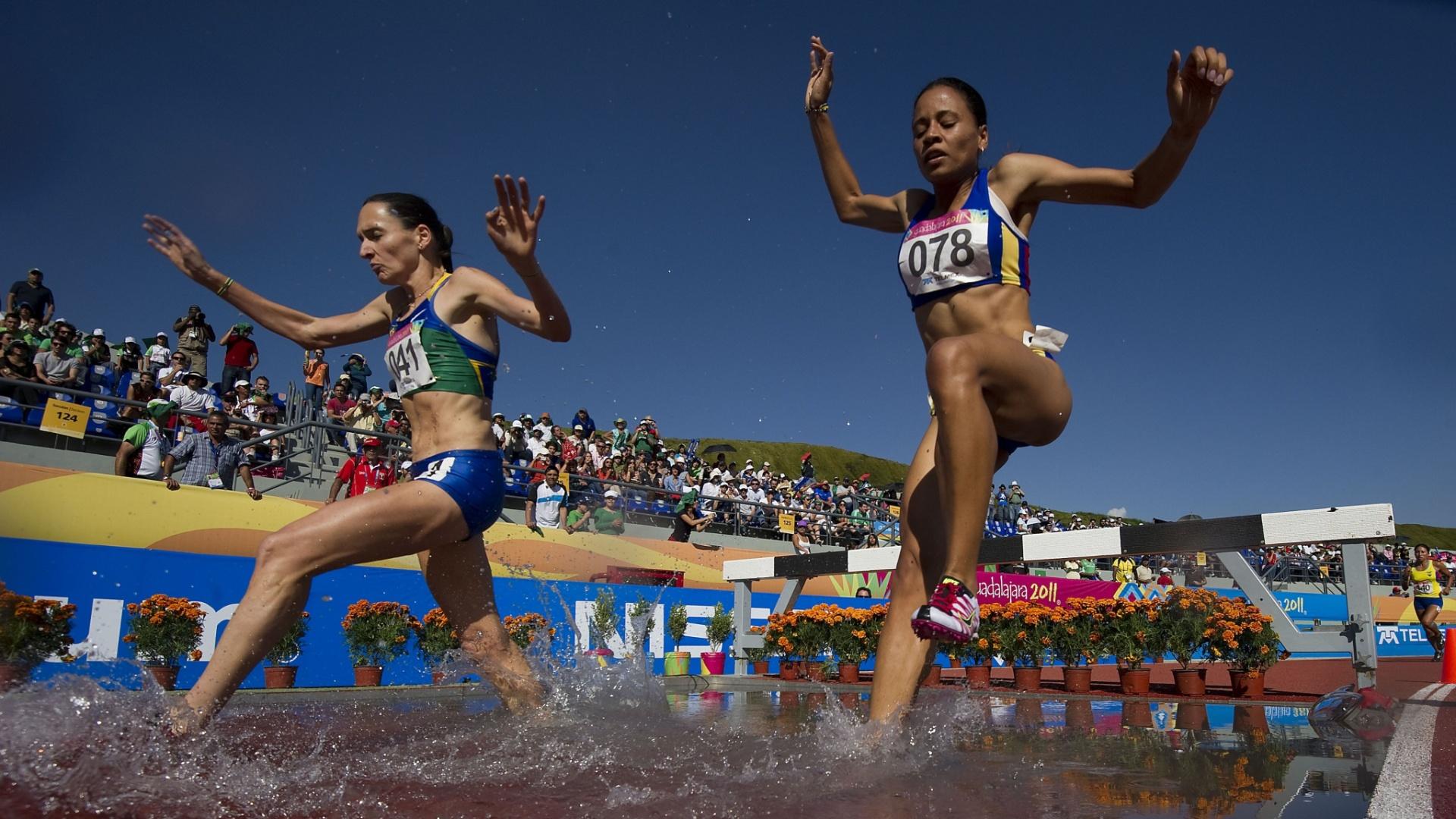 Sabine Heitling (esq.) ganhou o bronze nos 3.000 m com obstáculos, depois de fechar a prova em 10min10s98 (28/10/2011)