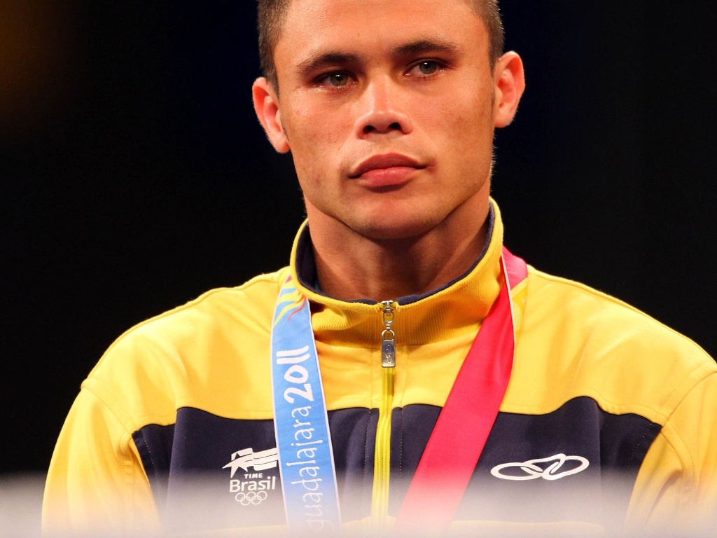 Myke Carvalho recebe a medalha de bronze do boxe no Pan-2011 (29/10/2011)
