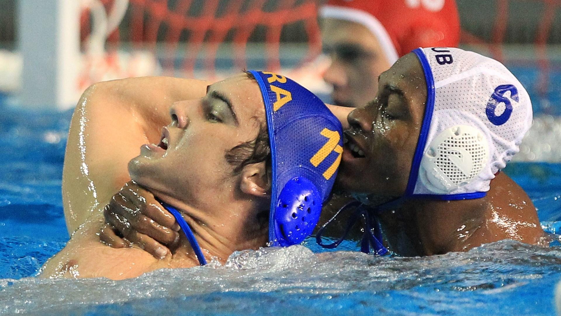 Brasileiro Gustavo Guimarães é seguro pelo pescoço por cubano Giraldo Carales na disputa do bronze no polo aquático (29/10/2011)