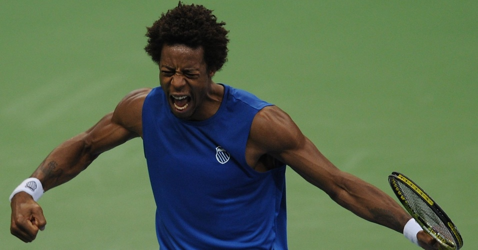 Gael Monfils comemora ponto contra Janko Tipsarevic