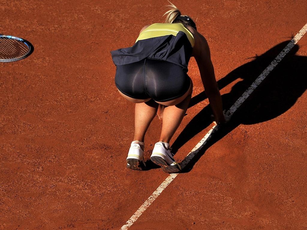Maria Sharapova se levanta após cair em quadra na vitória sobre Caroline Wozniacki em Roma (14/05/2011)