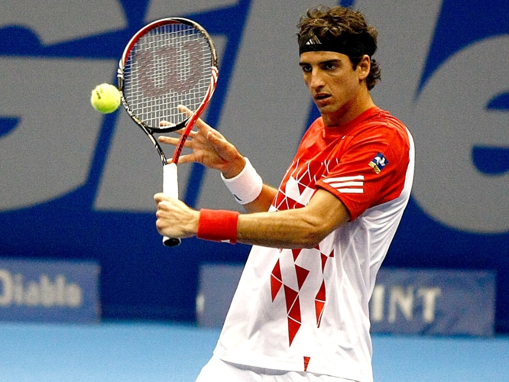 Thomaz Bellucci faz devoluo na vitria sobre o norte-americano Bobby Reynolds pelo Challenger Finals em So Paulo (16/11/2011)