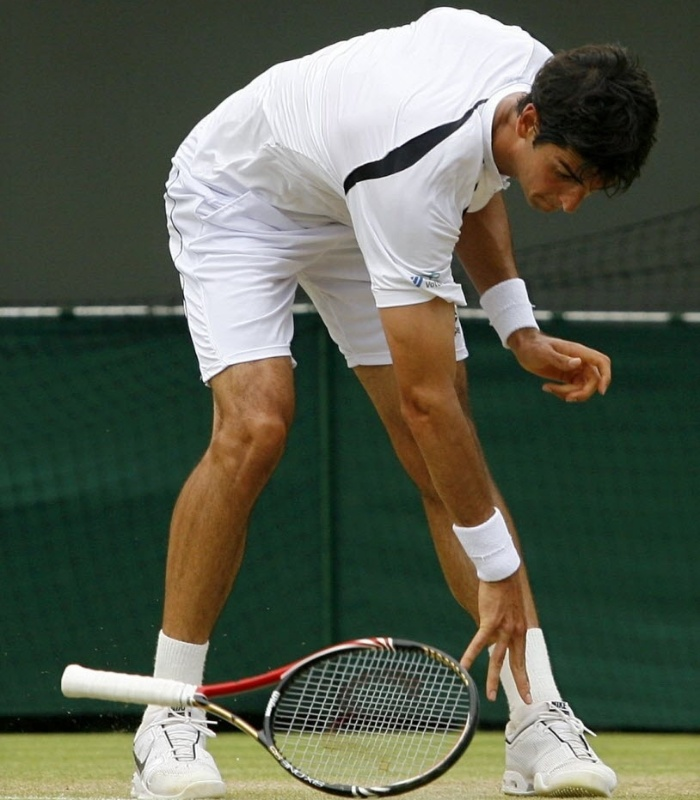 Raquete de Bellucci  atirada no cho aps erro em partida em Wimbledon, em 2010
