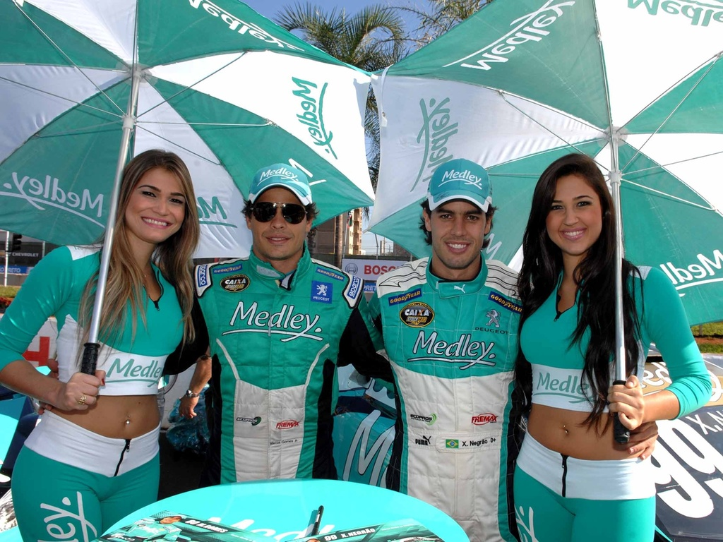 Marcos Gomes e Xandinho Negro posam com grid girls antes da etapa de Ribeiro Preto da Stock Car