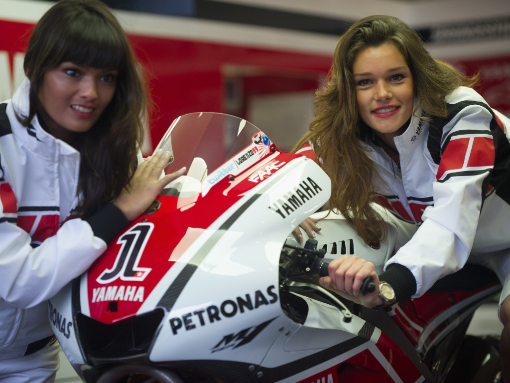 Grid girls posam com moto antes do GP da Holanda da MotoGP