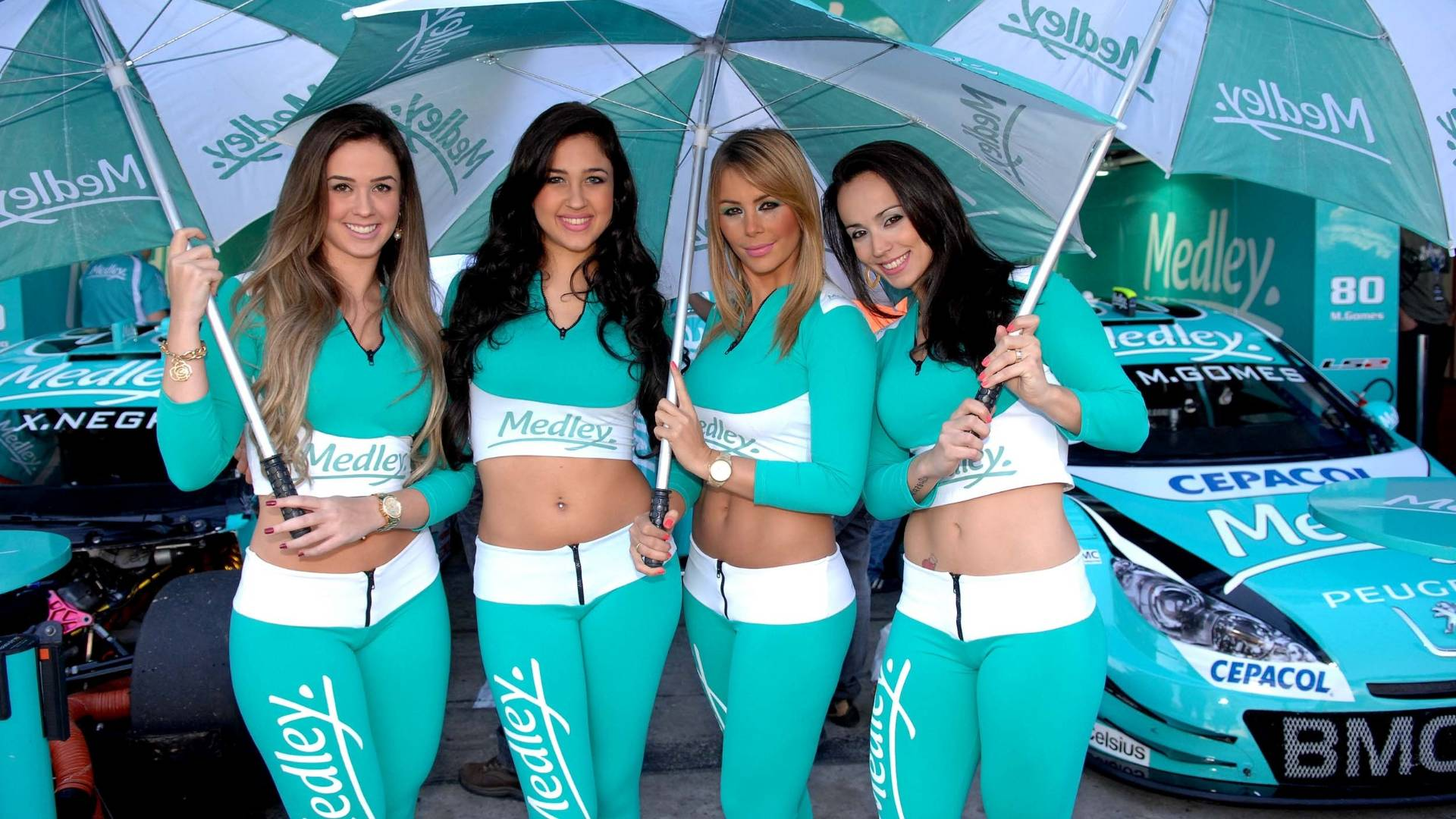 Grid girls roubam a ateno da Corrida do Milho nos boxes de Interlagos (07/08/2011)