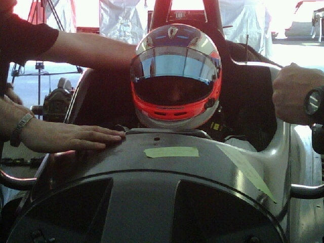 Rubens Barrichello senta no cockpit de carro da KV antes de teste na Frmula Indy