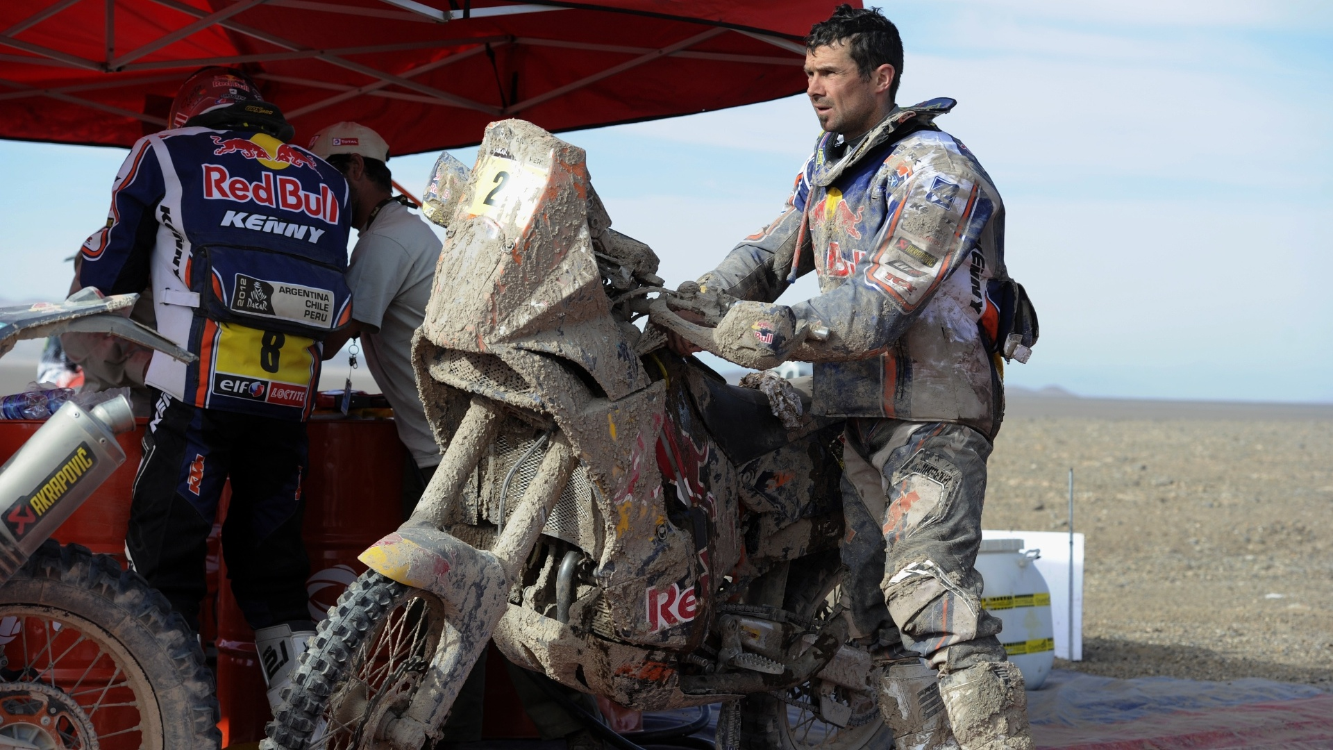 Francs Cyril Despres tenta limpar sua moto durante etapa do Rali Dakar em 2012