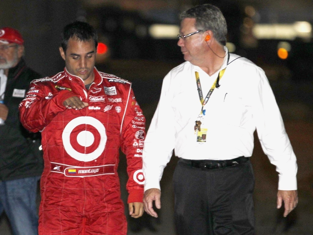 Montoya conversa com representante da Nascar aps sofrer um acidente impressionante 500 Milhas de Daytona 