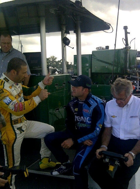 Tony Kanaan e Rubens Barrichello conversam durante teste na Indy