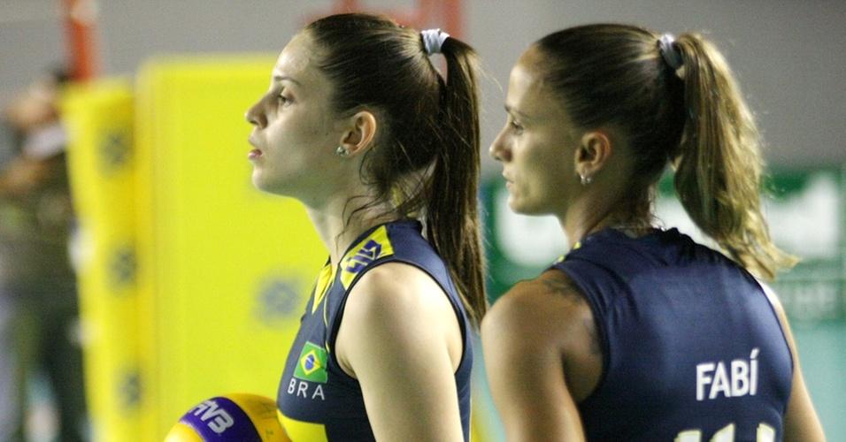 Camila Brait (e) é a sucessora de Fabi (d) na posição de líbero da seleção brasileira