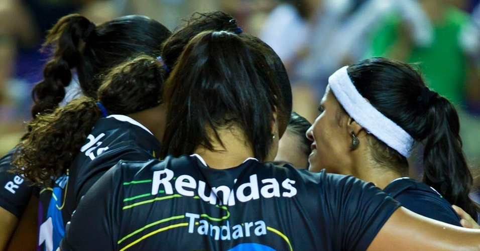 Jogadoras do Vlei Futuro comemoram vitria na primeira fase da Superliga