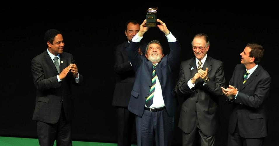 Ao lado de outros políticos, Lula é homenageado durante o Prêmio Brasil Olímpico
