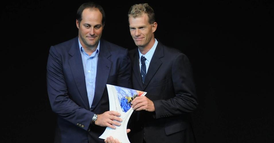 Bruno Prada (e) e Robert Scheidt recebem troféu da vela no Prêmio Brasil Olímpico