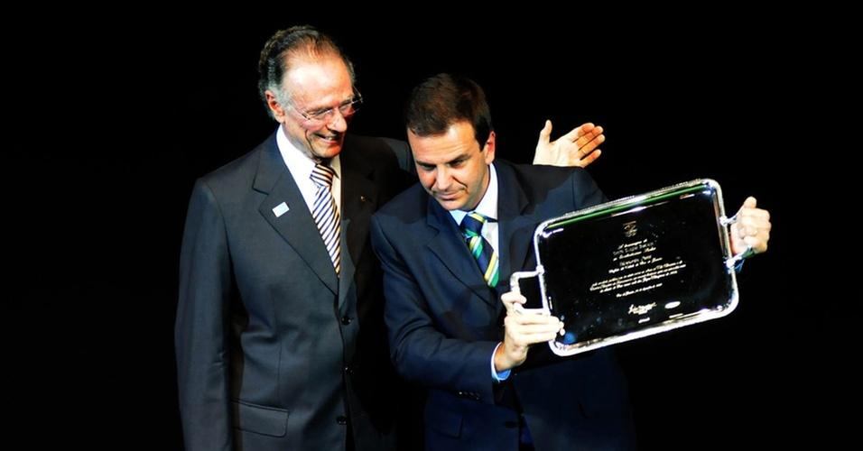 CArlos Arthur Nuzman (e), presidente do COB, entrega uma placa de homenagem ao prefeito do Rio de Janeiro, Eduardo Paes, durante o Prêmio Brasil Olímpico